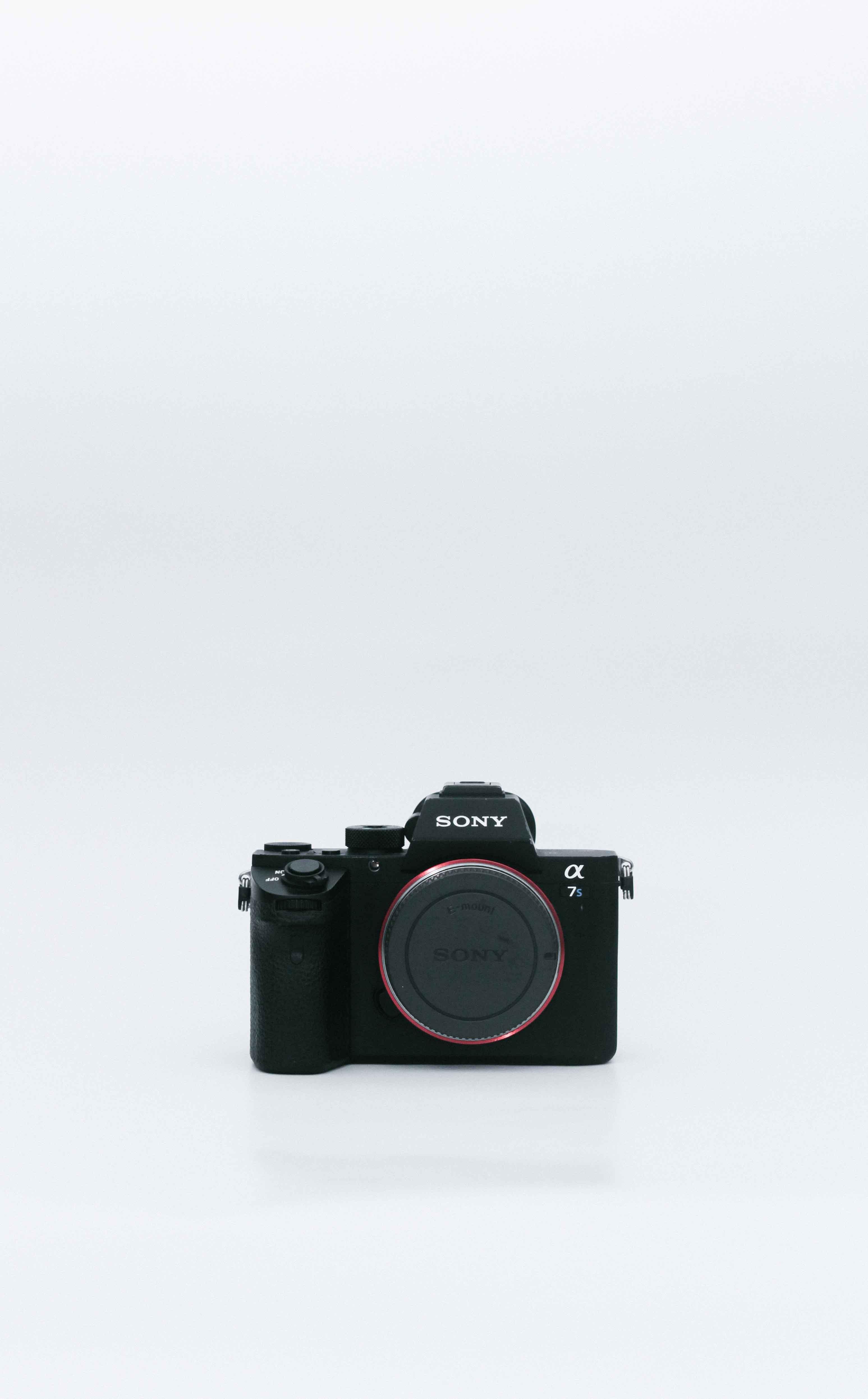 ビデオグラファーBrandonの愛用品。高感度に強いミラーレス一眼『α7S Ⅱ』