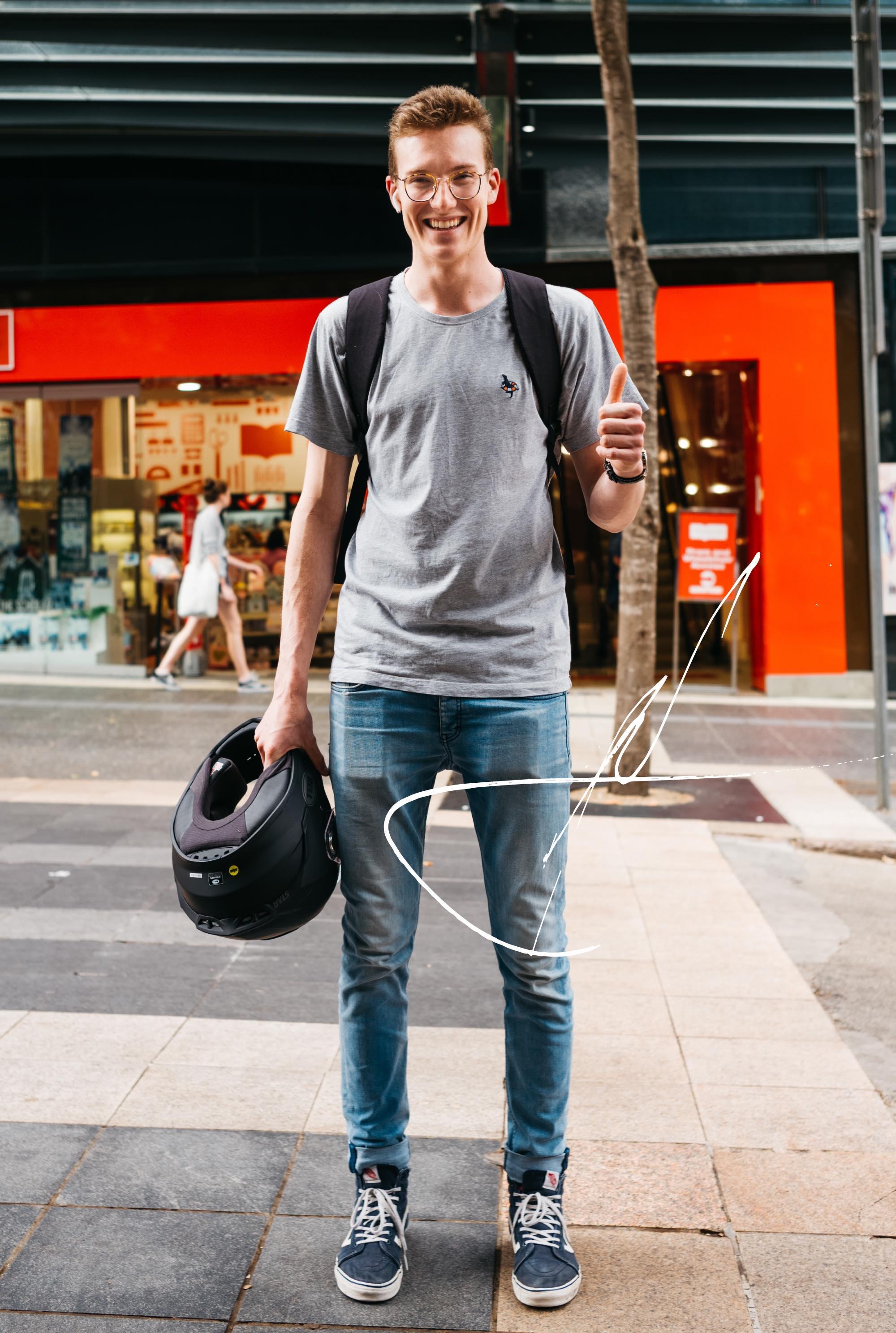 メガネとバイクの爽やか理系男子。ブリスベンの22歳 Andrew さんの持ち物|things.027